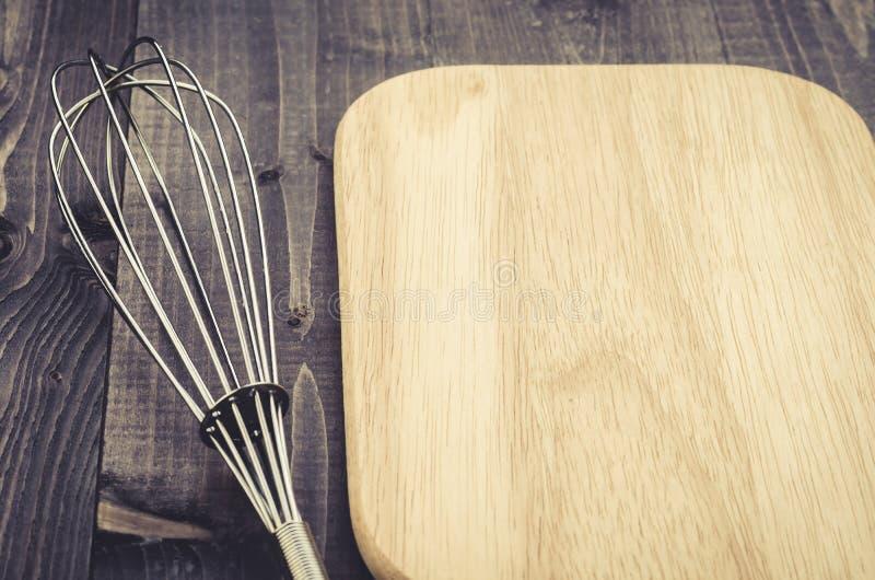 Accessori nimbus della cucina ed accessori nimbus cucina/del bordo e bordo su un fondo di legno scuro Con lo spazio della copia fotografie stock libere da diritti