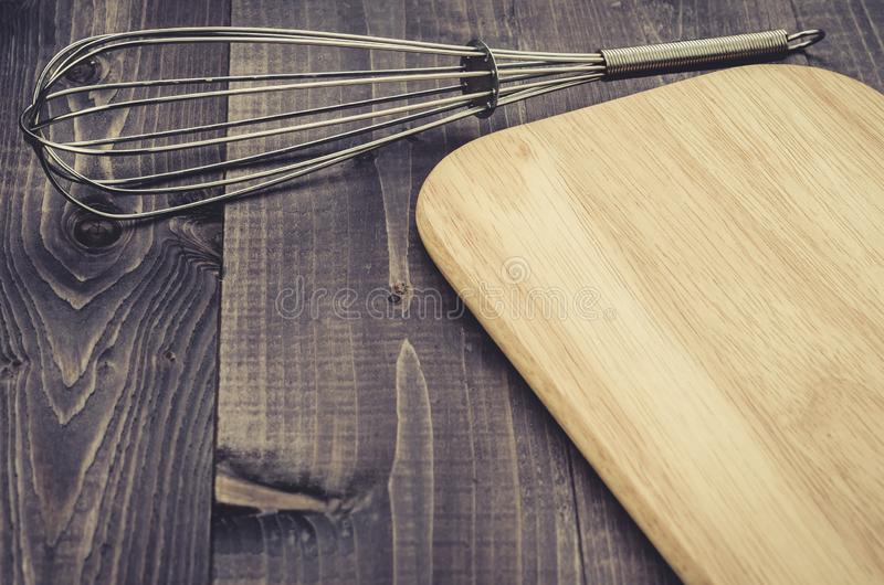 Accessori nimbus della cucina ed accessori nimbus cucina/del bordo e bordo su un fondo di legno scuro Vista superiore Con lo spaz fotografia stock