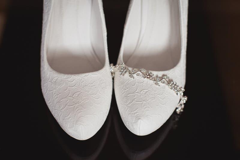 Accessori nuziali: scarpe, gioielli ed anelli di nozze fotografia stock libera da diritti