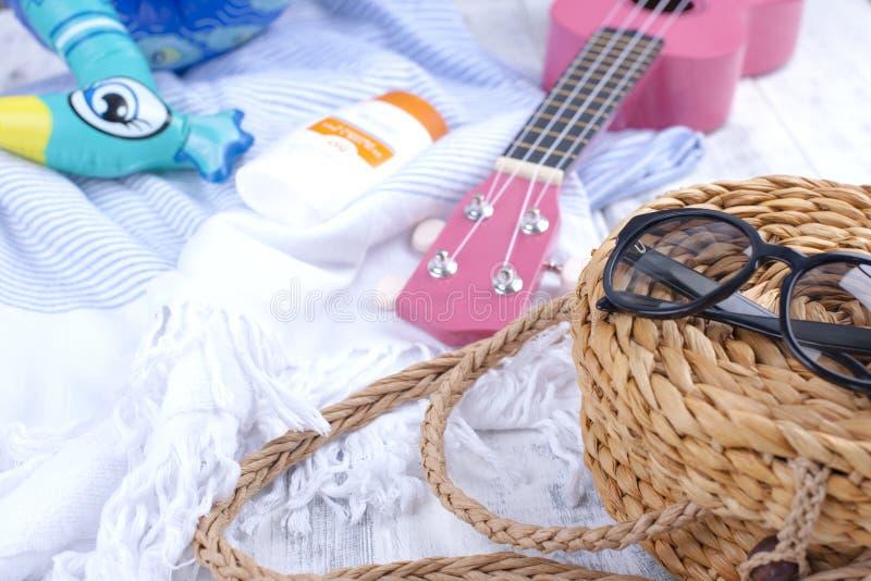 Accessori per la spiaggia, la chitarra, il cappello e gli occhiali da sole Buone vacanze Copi lo spazio immagini stock libere da diritti