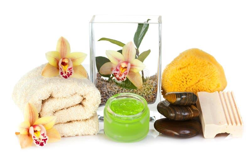 Accessori per la stazione termale con i fiori gialli dell'orchidea fotografia stock