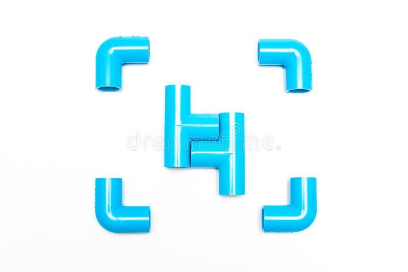 Accessori per tubi blu del PVC su fondo bianco fotografia stock