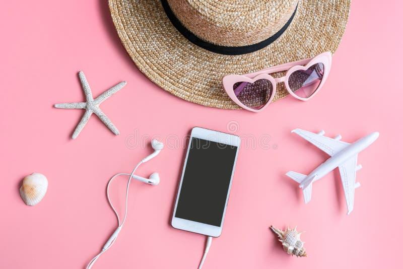 Accessori piani del viaggiatore di disposizione su fondo rosa Concetto di vacanza o di corsa Fondo di estate immagine stock libera da diritti