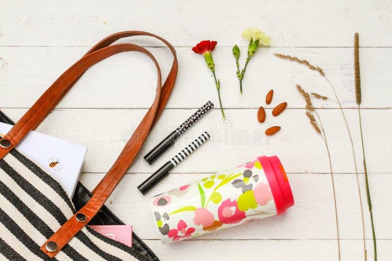 Accessori riutilizzabili della borsa e della tazza da caffè fotografia stock