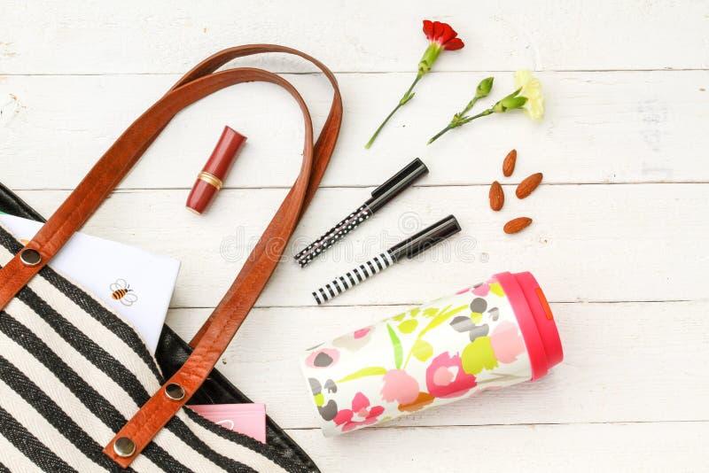 Accessori riutilizzabili della borsa e della tazza da caffè fotografia stock libera da diritti