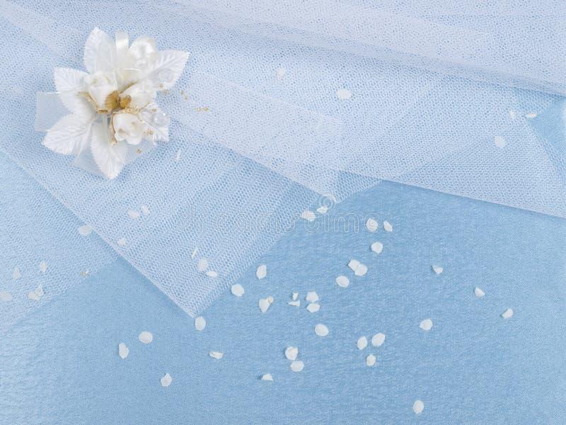 Accessorie di cerimonie nuziali un occhiello e petali fotografia stock libera da diritti