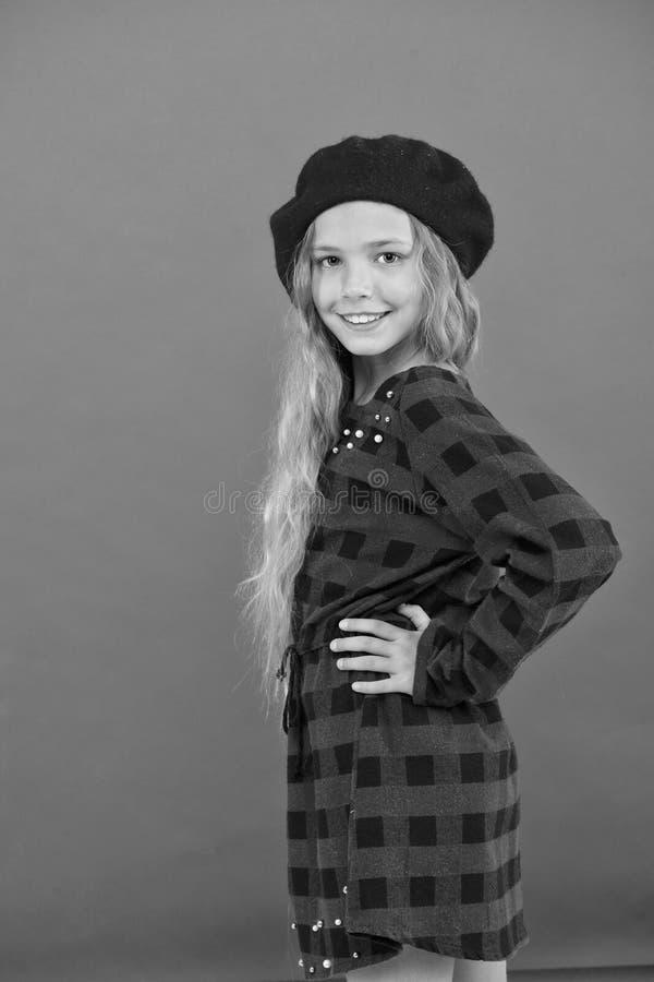 Accessorio alla moda del berretto per la femmina Berretto di usura come la ragazza di modo Piccola ragazza sveglia del bambino co immagini stock libere da diritti