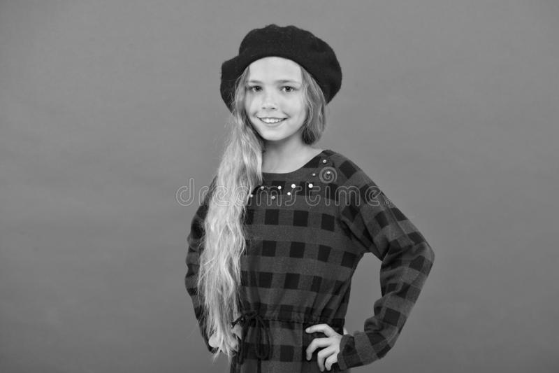 Accessorio alla moda del berretto per la femmina Ispirazione di stile del berretto Berretto di usura come la ragazza di modo Picc immagini stock