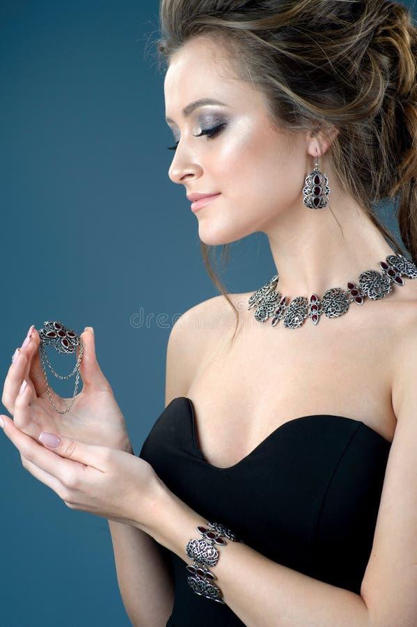 Accessorio d'argento elegante sulla donna Collana sul collo, orecchini fotografia stock libera da diritti