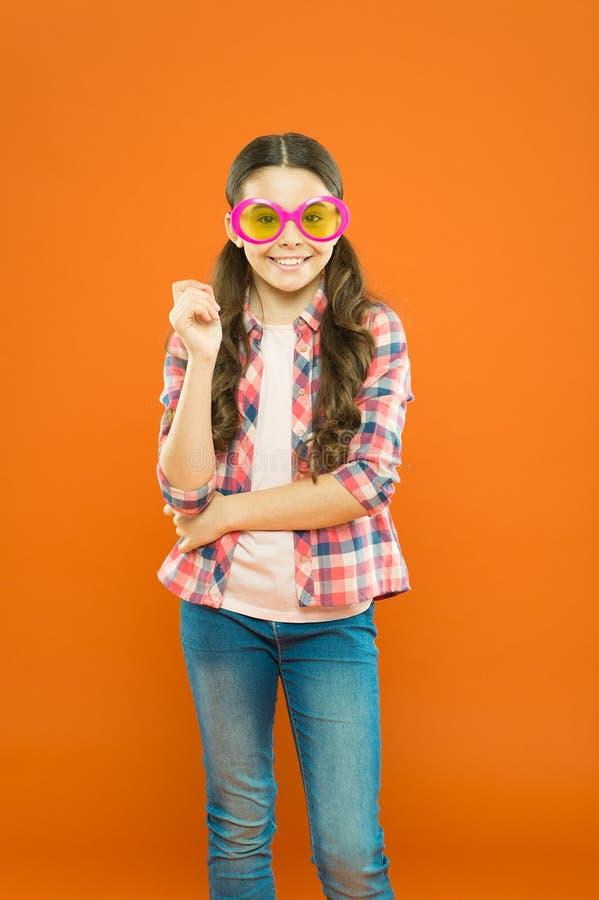 Accessorio operato degli occhiali da sole Vista e salute dell'occhio Migliori la vista Occhiali di usura del bambino della ragazz immagine stock libera da diritti