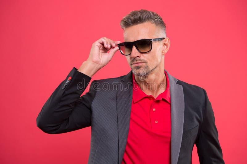 Accessorize костюм Bespoke листобиты костюма каждый владелец Чувство джентльмена доверия Уверенные человека красивые зреют стоковые фотографии rf