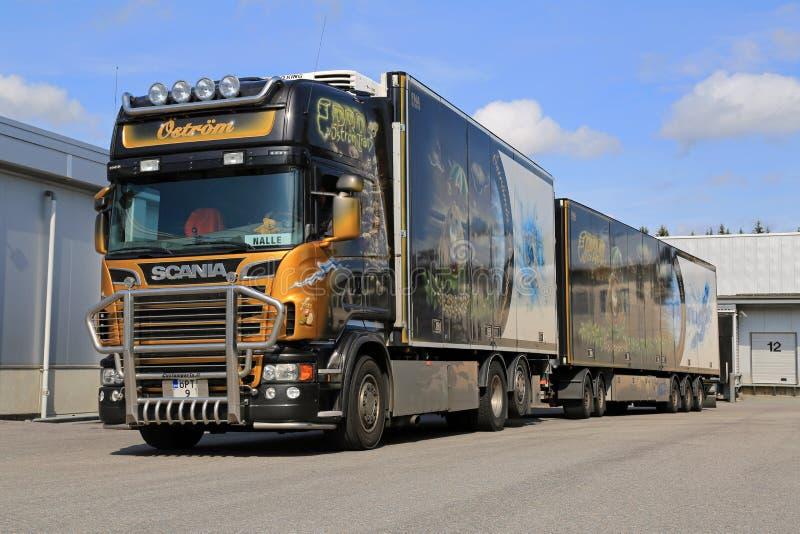 Accessorized грузовик Scania V8 транспортирует замороженные продукты стоковое фото rf