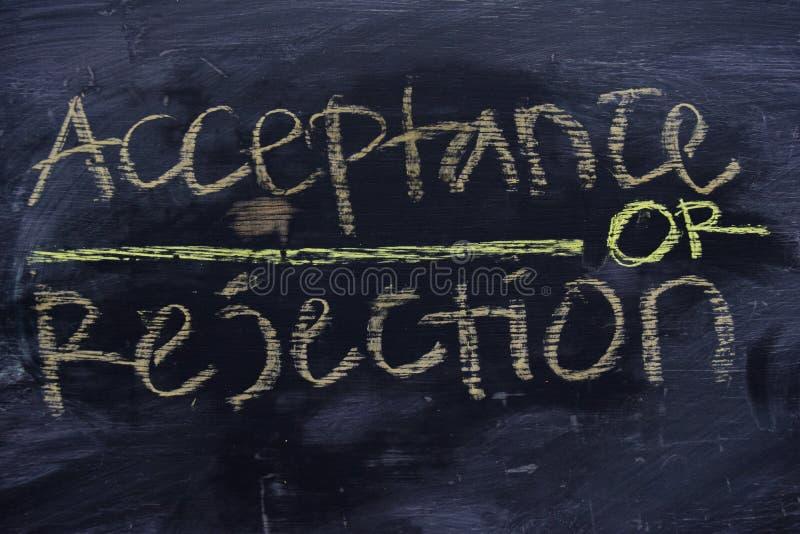 Accettazione o rifiuto scritto con il concetto del gesso di colore sulla lavagna fotografie stock libere da diritti