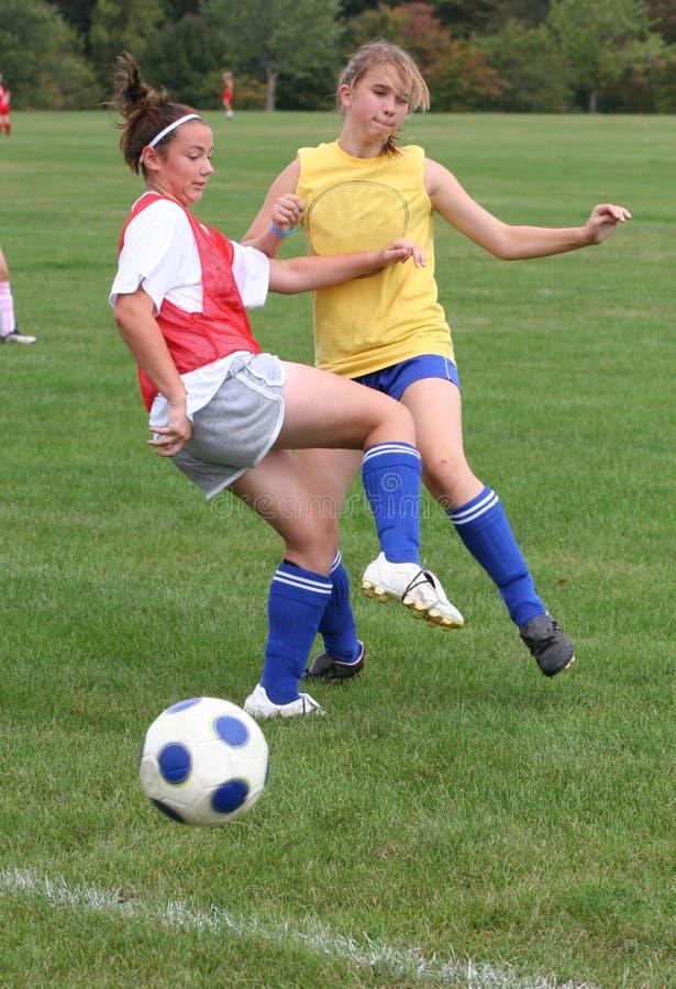 Acción adolescente 16 del fútbol de la juventud imagenes de archivo