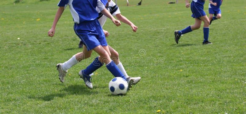 Acción adolescente del fútbol de la juventud fotos de archivo libres de regalías