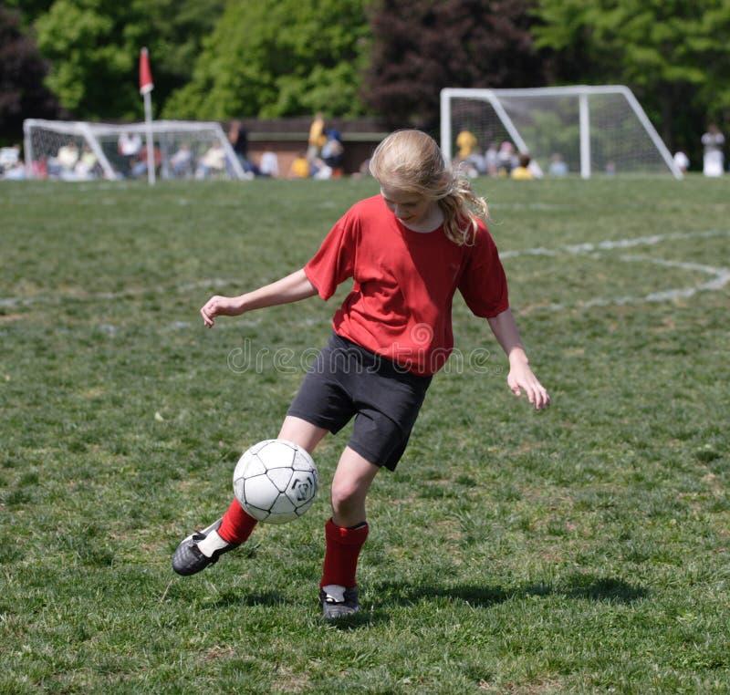 Acción adolescente del fútbol de la juventud imagenes de archivo