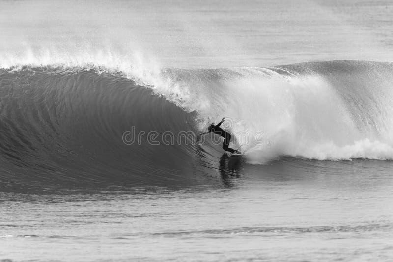 Acción blanca del negro de la persona que practica surf que practica surf fotografía de archivo