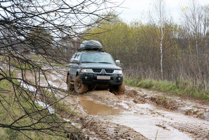 Acción campo a través en el bosque, el 4x4, el fango y el vehículo imagenes de archivo