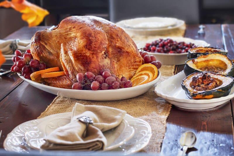Acción de gracias asada deliciosa Turquía en la tabla del cortijo imágenes de archivo libres de regalías