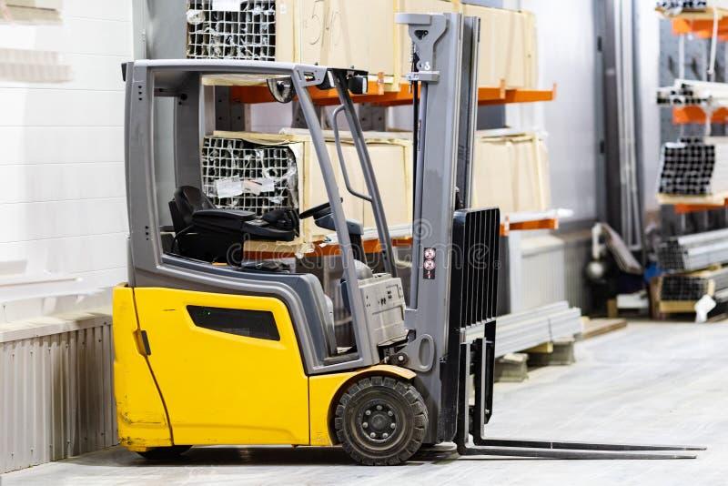 Acción de la carretilla elevadora Logística Envío de mercancías almacenaje Transporte de mercancías Cajas del cartón imagenes de archivo