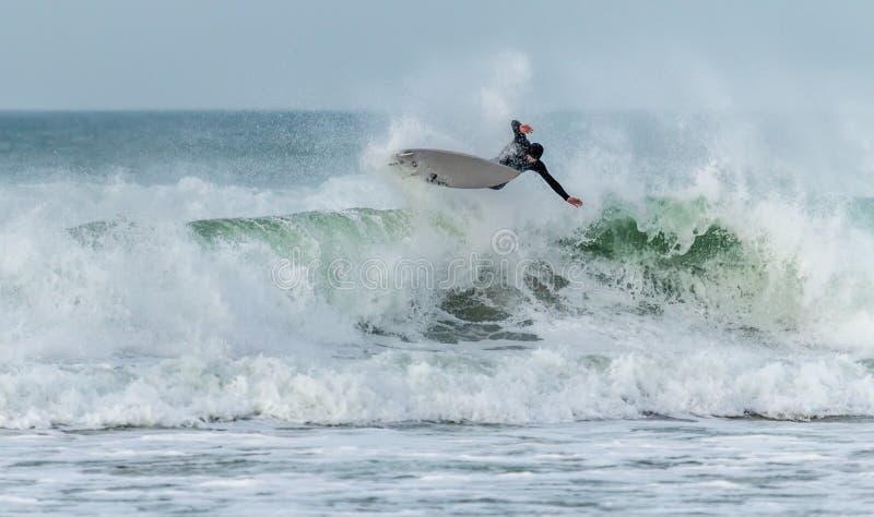 Acción de la resaca, playa de Fistral, Newquay, Cornualles fotografía de archivo