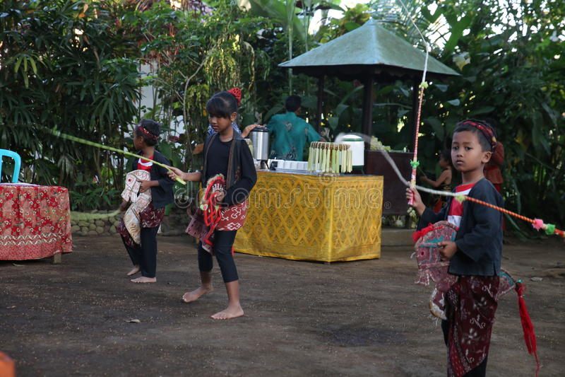 Acción de los huérfanos jovenes de un cacao, de un café y de una plantación de la especia en el pueblo de Kalibaru en Java Indone fotos de archivo