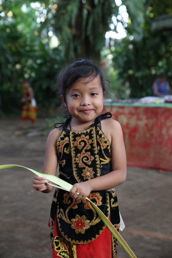 Acción de los huérfanos jovenes de un cacao, de un café y de una plantación de la especia en el pueblo de Kalibaru en Java Indone imagen de archivo