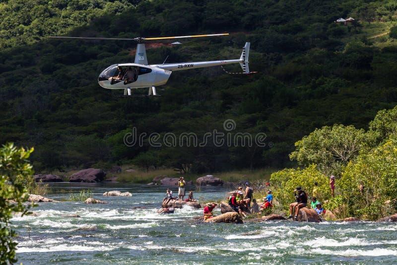 Acción de los rápidos del río de los líderes del helicóptero de la raza de la canoa fotografía de archivo libre de regalías