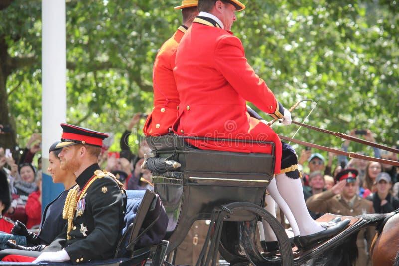 Acción de Meghan Markle y de príncipe Harry, Londres Reino Unido, el 8 de junio de 2019 - Meghan Markle Prince Harry Trooping la  foto de archivo libre de regalías