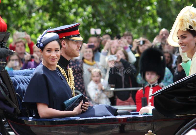Acción de Meghan Markle y de príncipe Harry, Londres Reino Unido, el 8 de junio de 2019 - Meghan Markle Prince Harry Trooping la  imagenes de archivo