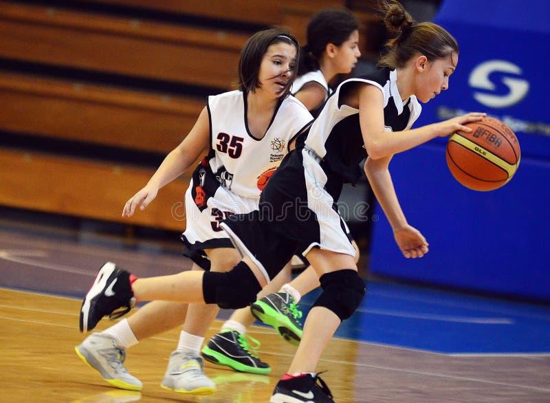 Acción del baloncesto de las muchachas imagenes de archivo
