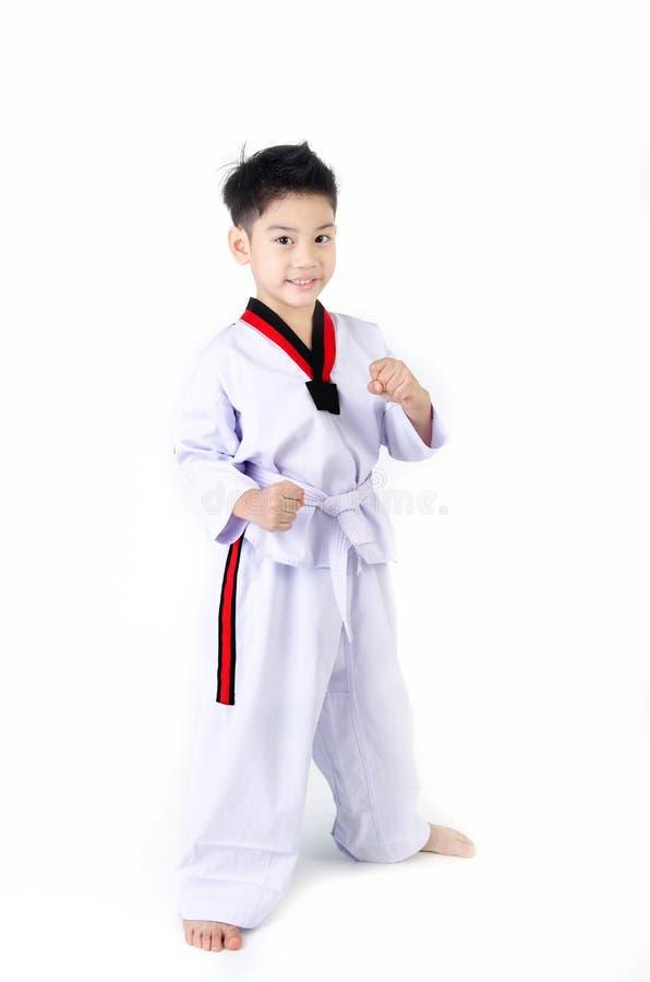 Acción del Taekwondo de un muchacho lindo asiático fotografía de archivo libre de regalías