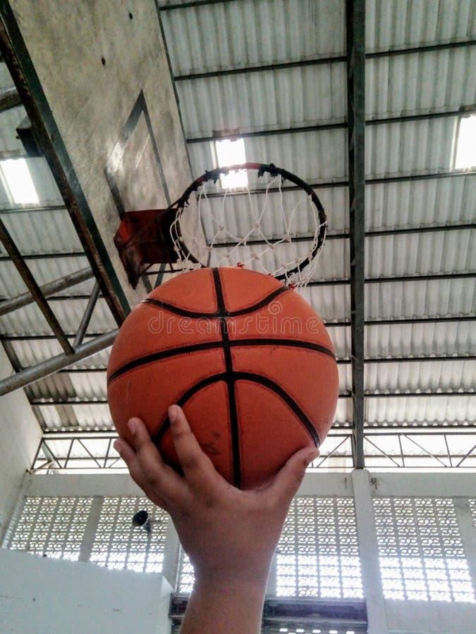 Acción mientras que envía baloncesto a los gastos indirectos de la cesta imágenes de archivo libres de regalías