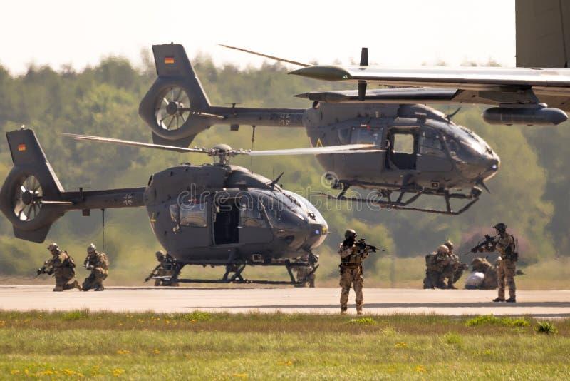 Acción militar alemana de las fuerzas especiales de los helicópteros de Airbus H145M foto de archivo libre de regalías