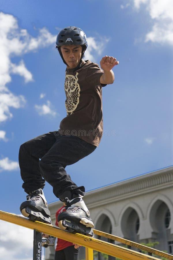 Acción patinadora en línea agresiva (de la barandilla) imagen de archivo