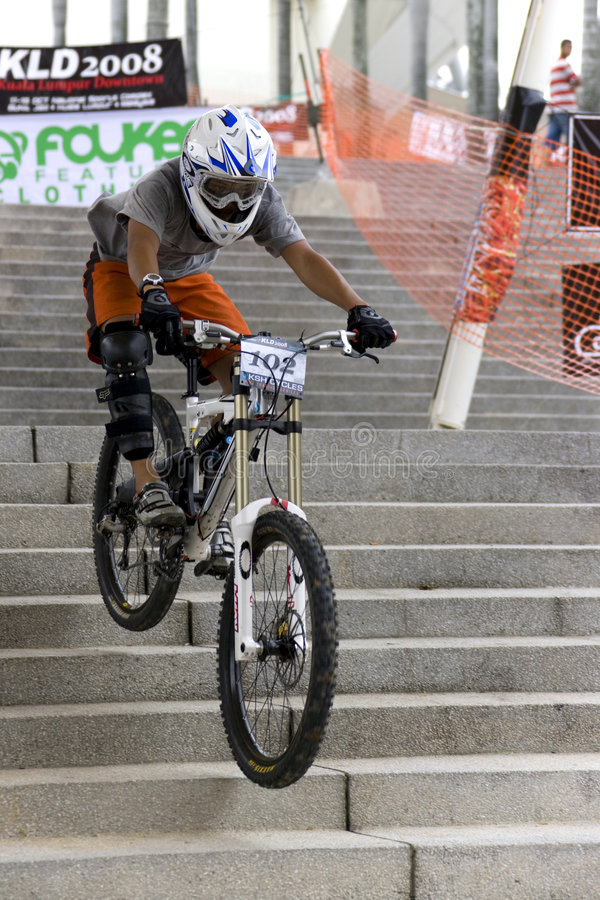Acción Que Compite Con De La Bicicleta En Declive Foto editorial