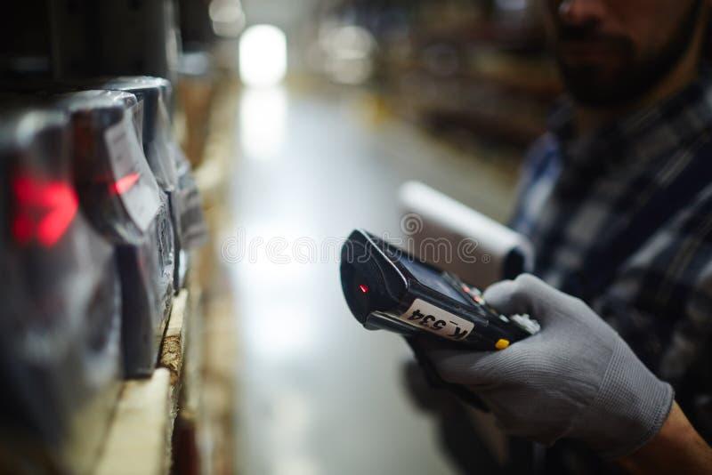 Acción que hace un inventario del trabajador de Warehouse imagenes de archivo