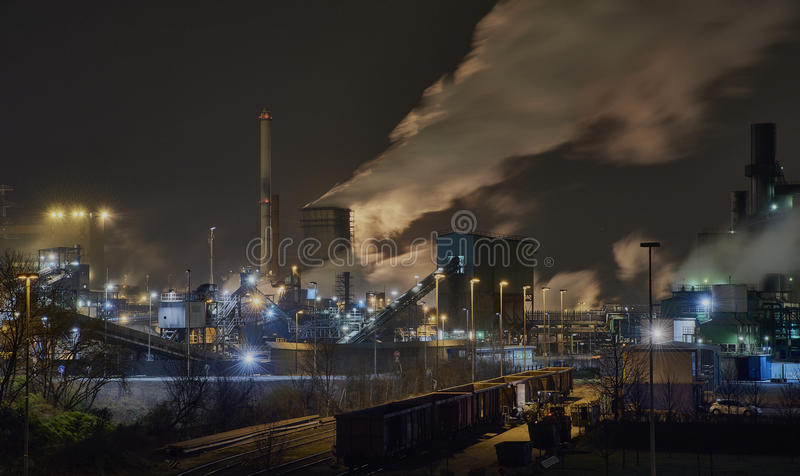 Acciaieria alla notte a Duisburg, Germania fotografia stock libera da diritti