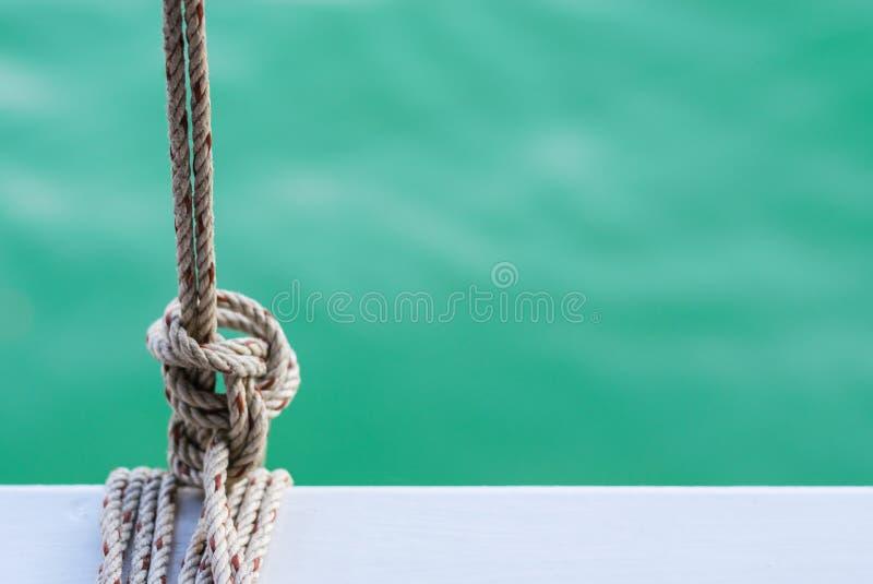 Acciaio bianco con la corda sull'oceano degli azzurri e del traghetto su fondo immagini stock libere da diritti