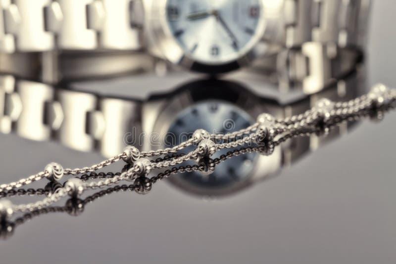 Acciaio cromato a catena d'argento dell'orologio di signore immagine stock