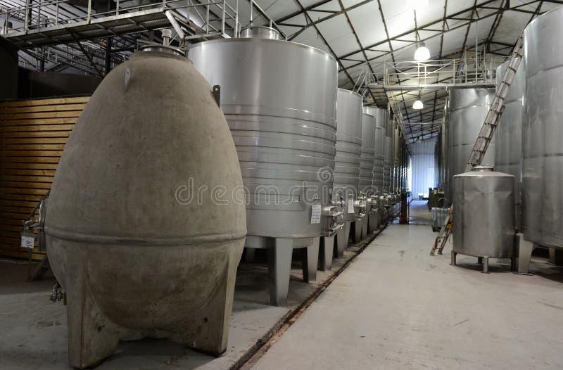 Acciaio inossidabile dei tini di fermentazione per vino alla cantina Viu Manent fotografia stock