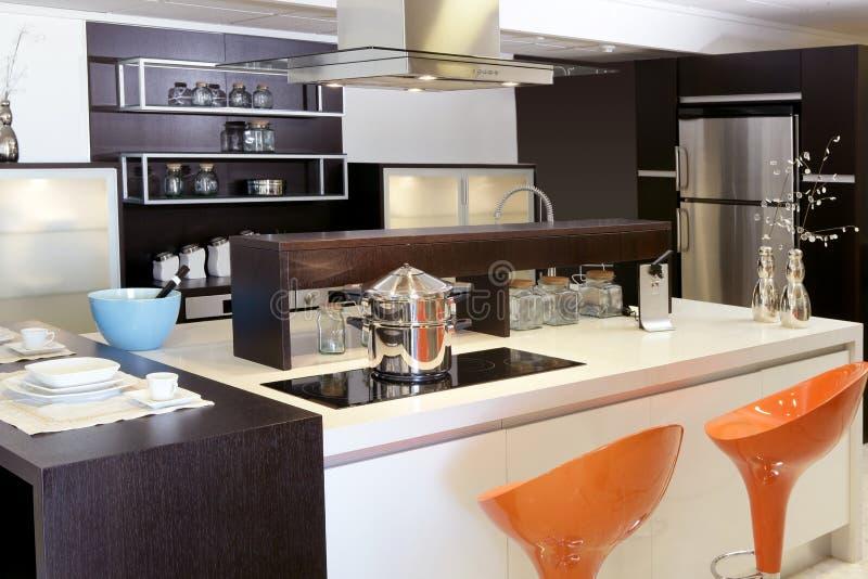Acciaio inossidabile moderno della cucina di legno del Brown immagini stock libere da diritti
