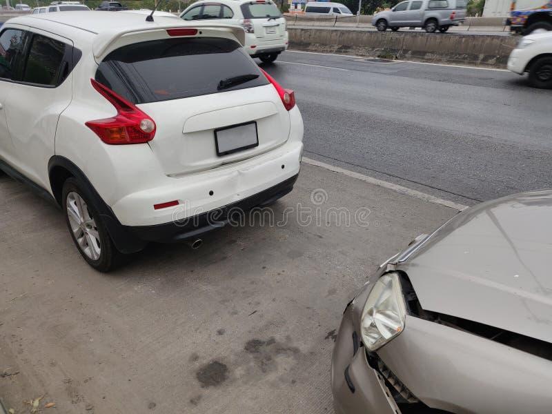 Accident automobile impliquant deux voitures sur une rue de ville photo stock