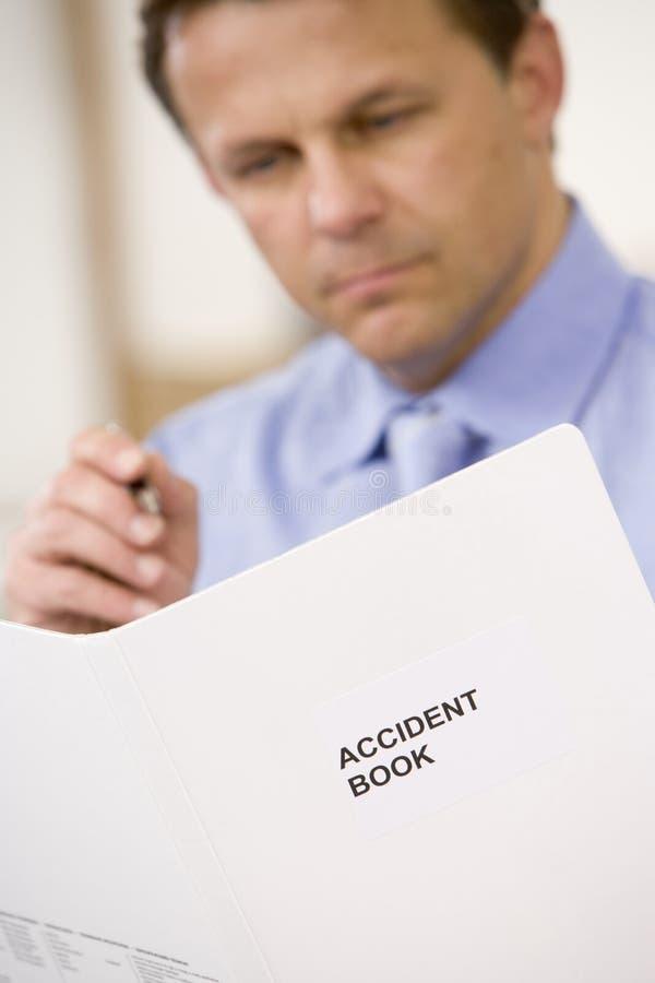 accident book businessman indoors looking στοκ εικόνες με δικαίωμα ελεύθερης χρήσης