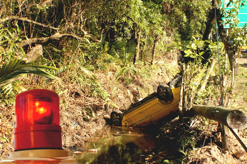 accident car ditch over turned arkivbilder