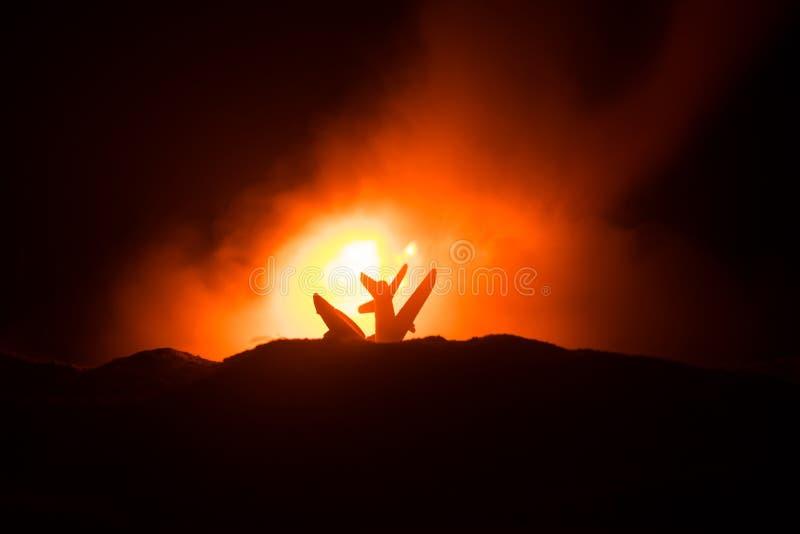 Accident d'air Avion en baisse brûlant L'avion écrasé à la terre Décoré du jouet au fond foncé du feu Concep d'accidents d'air photographie stock libre de droits