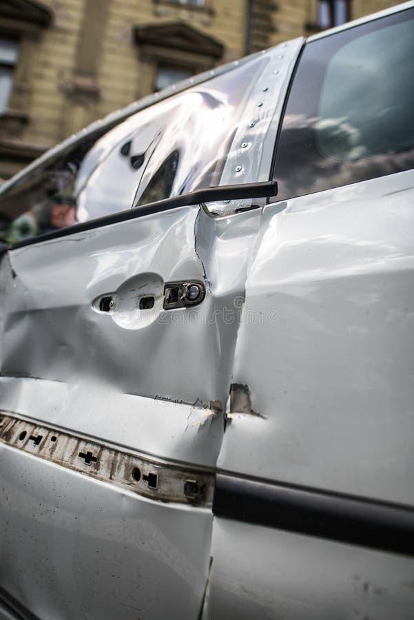 Accident d'accident de voiture fond endommagé image stock