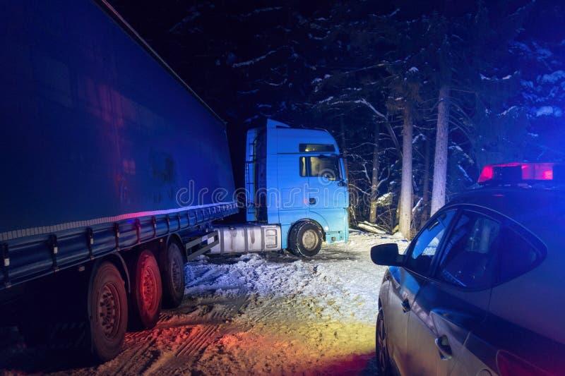 Accident de la circulation de camion la nuit, sur une route neigeuse d'hiver Camion cassé sur la route dans la neige photographie stock