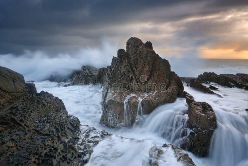 Accident de mers agitées au-dessus des roches images libres de droits
