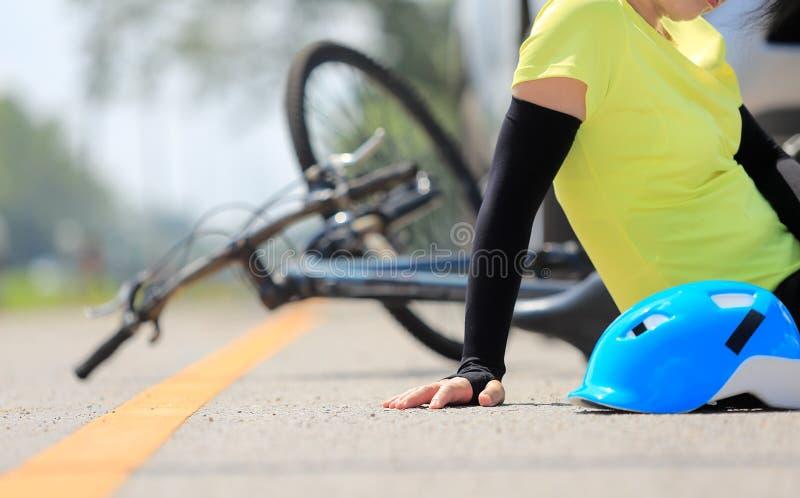 Accident de voiture d'accidents avec la bicyclette sur la route photos stock